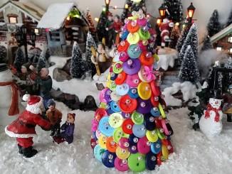 Vánoční stromeček z knoflíčků - Foto: TravelPlacesAndLife.com