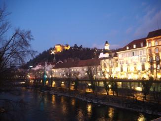 Večerní pohled na Schlossberg - © Foto: TravelPlacesAndLife.com