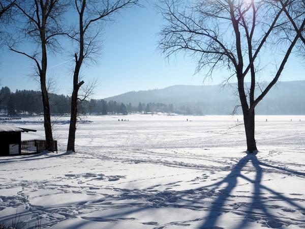 Výhled na zamrzlé jezero
