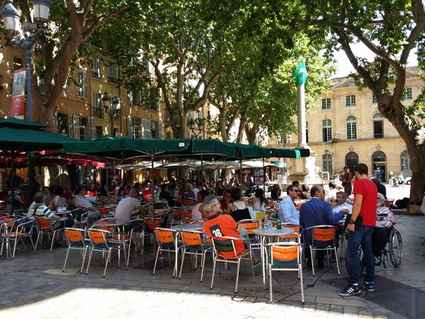 Letní posezení s přáteli v Aix en Provence