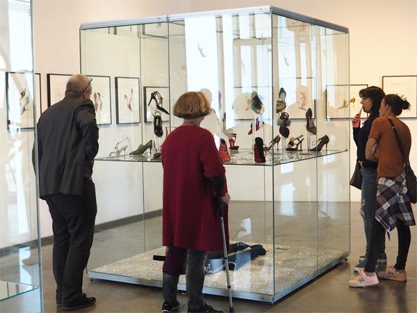 Návštěvníci výstavy Manolo Blahnik