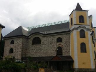 Kostel Nanebevzetí Panny Marie v Neratově © Foto: TravelPlacesAndLife.com